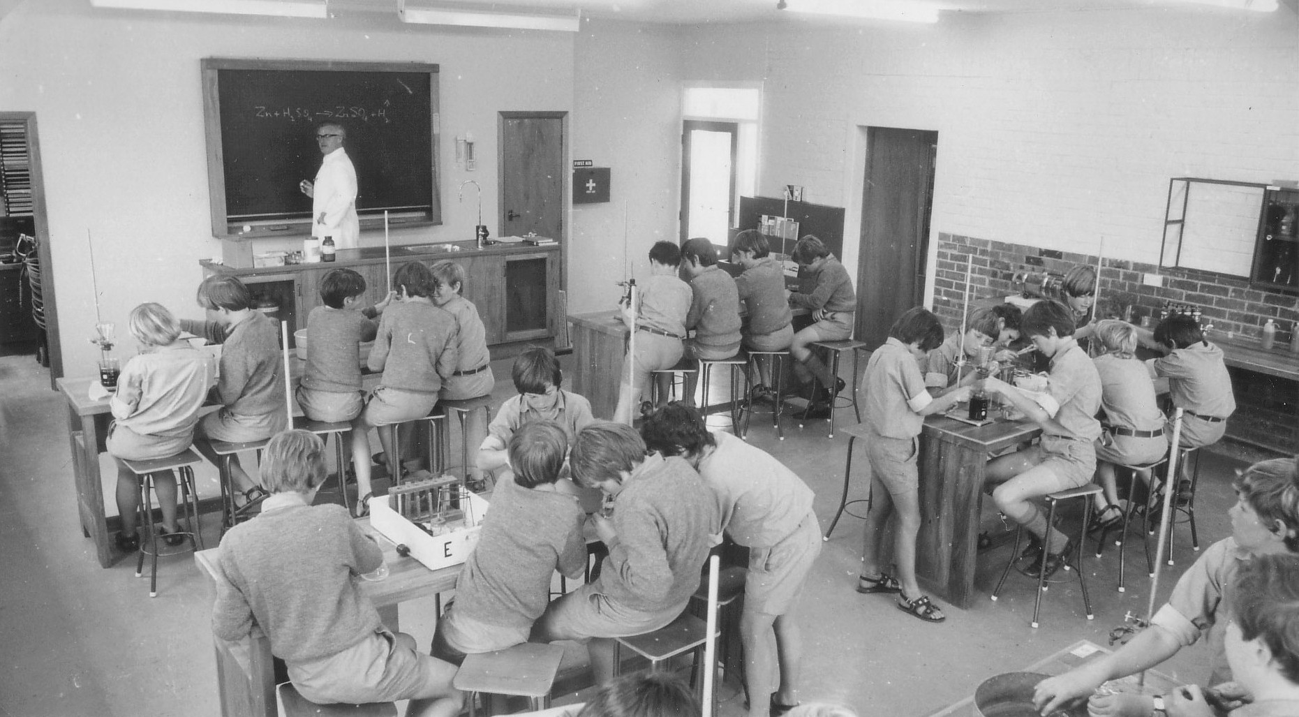 Students in Lab 1973.jpg